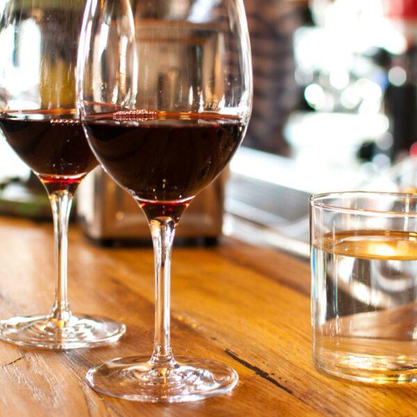 10 sorprendentes beneficios de beber una copa de vino tinto al día.