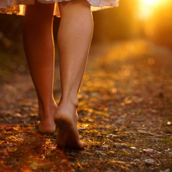 Caminar descalzos: sorprendentes beneficios para la salud.